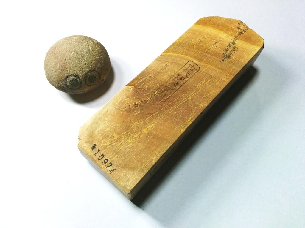 画像1: 伝統千五百年 天然砥石 古代伊豫銘砥  歯朶付き粘る上 1.2Kg 10974