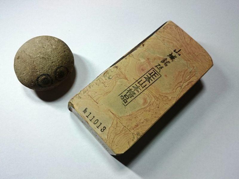 画像1: 天然砥石 中世中山戸前赤ぴん環巻硬い神銘砥 1Kg 11013