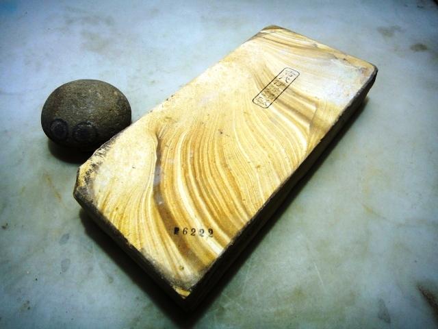 画像1: 天然砥石 古代伊豫銘砥 木 6222